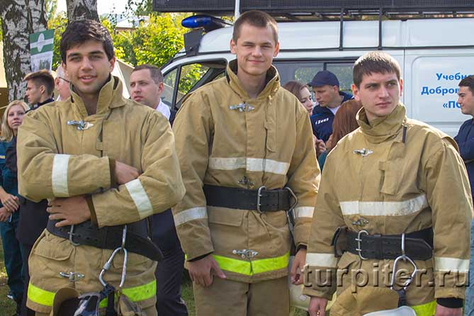 три парня в пожарных костюмах