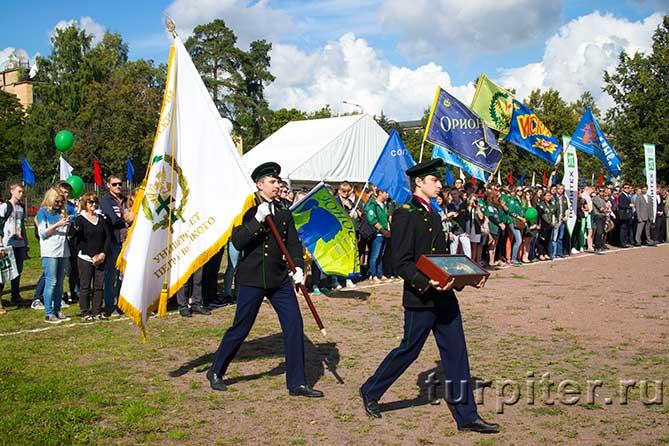 студенты с флагом и ключем идут