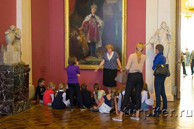 дети сидят на полу и слушают