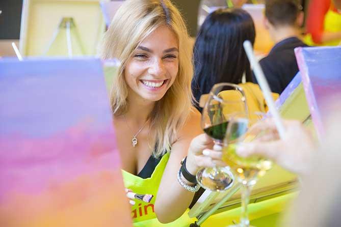 девушка пьет и рисует