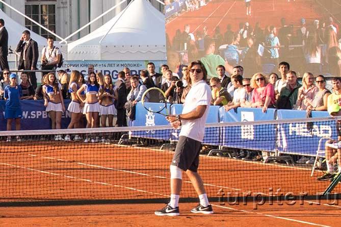 Дмитрий Маликов около теннисной сетки