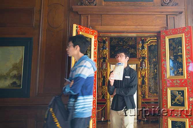 китайские туристы в музее