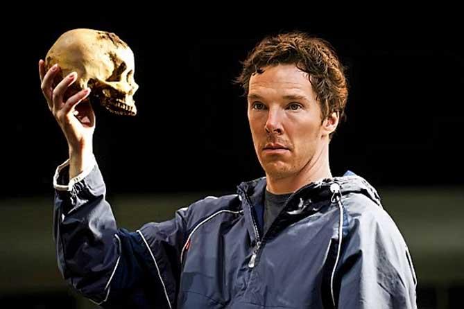 Камбербэтч держит череп в руках