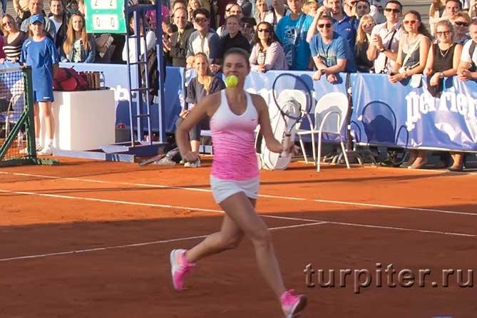 Буханко Анастасия с мячом бежит