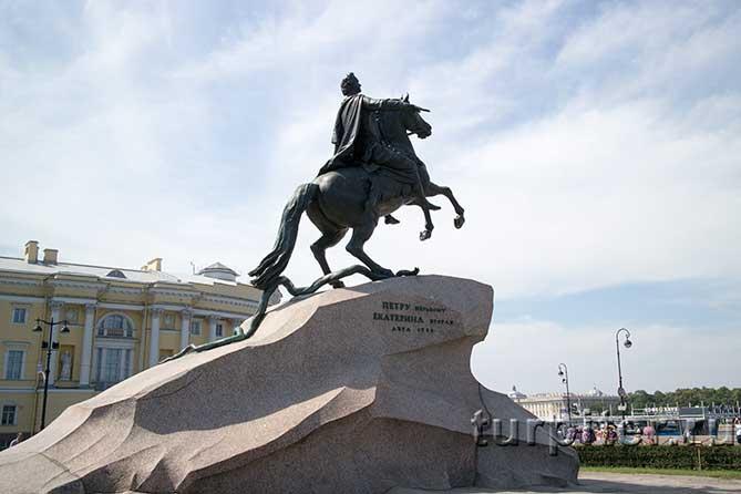 Петр первый на вздыбленном коне
