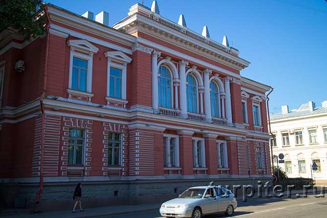 красное здание в Выборге