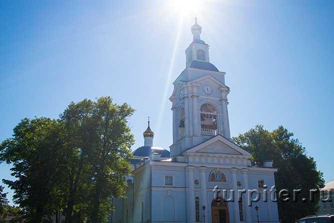 красивая церковь в лучах солнца