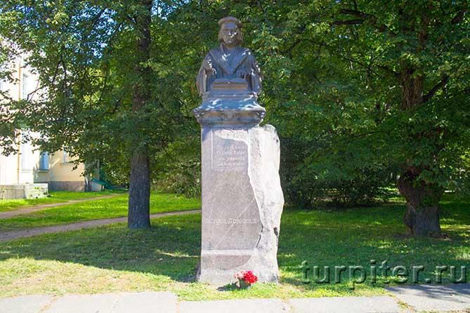 памятник финскому реформатору