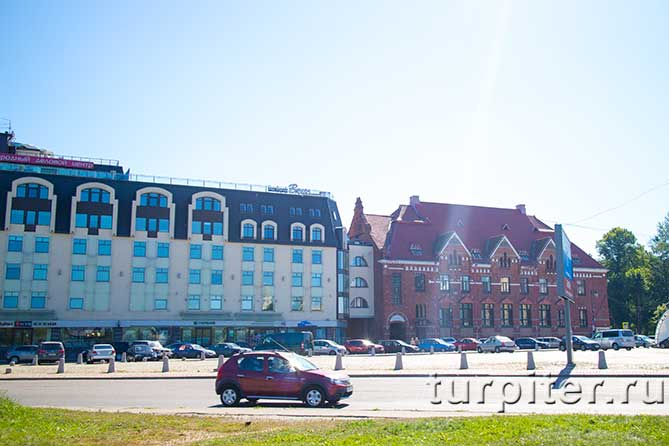 здание из красного кирпича на площади