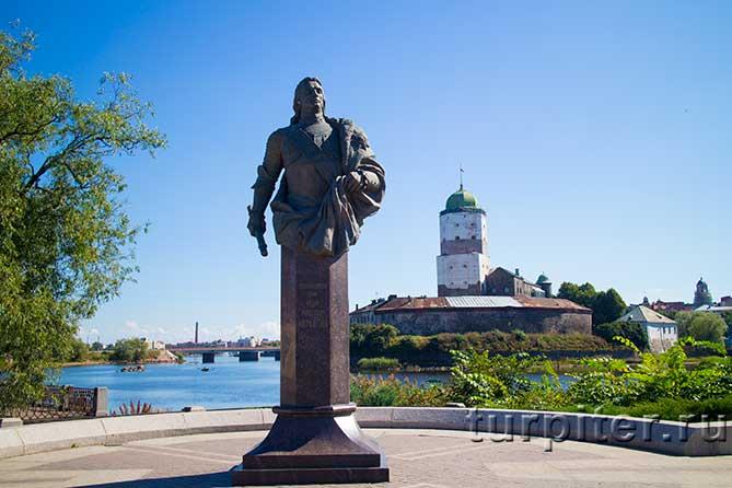 памятник на фоне башни