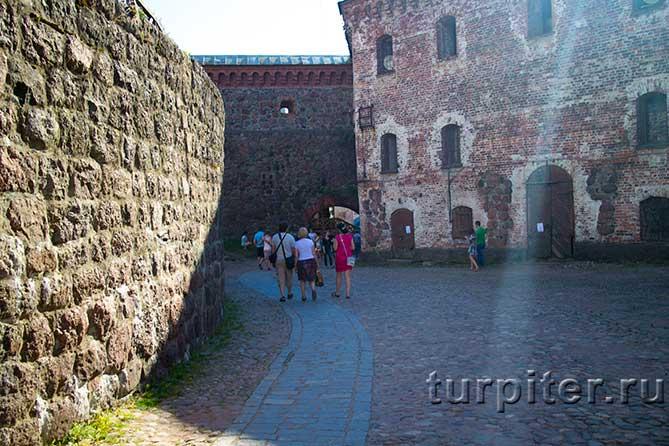 туристы идут в замок
