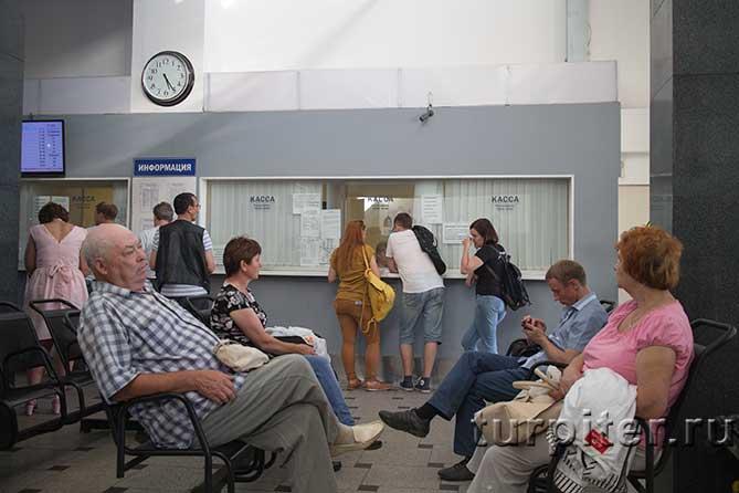 люди ждут свой автобус