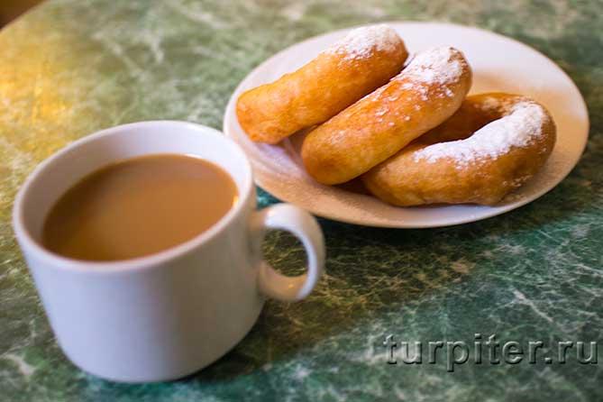 три пончика на тарелке и кофе