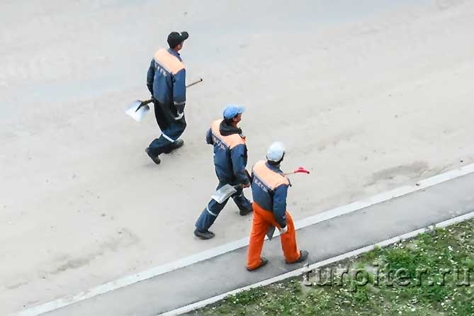 три строителя с лопатами