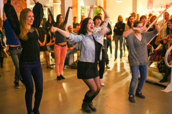 девушки танцуют на фестивале