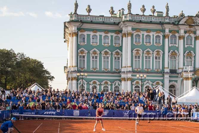 играют в теннис на Дворцовой площади
