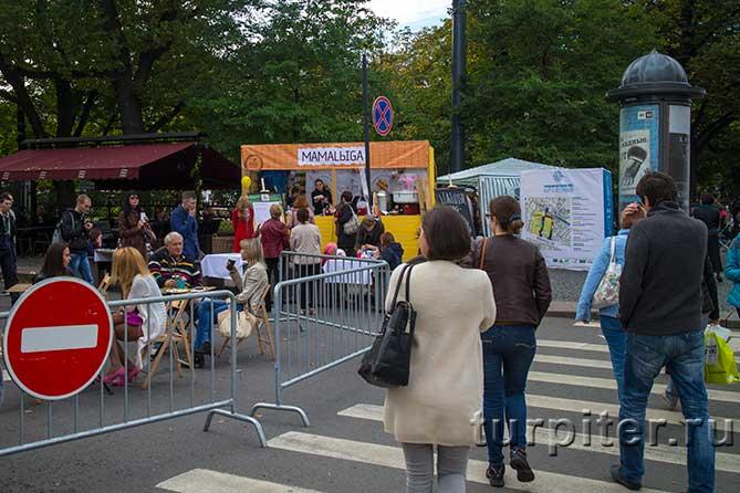 """люди идут на фестиваль """"Живые улицы"""""""