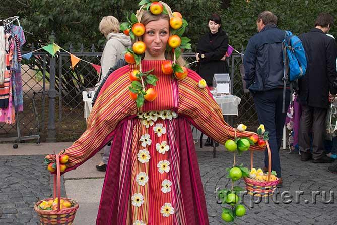 костют старинный русский с лукошками