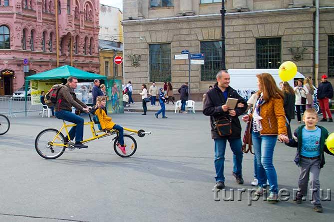 желтый двойной велосипед