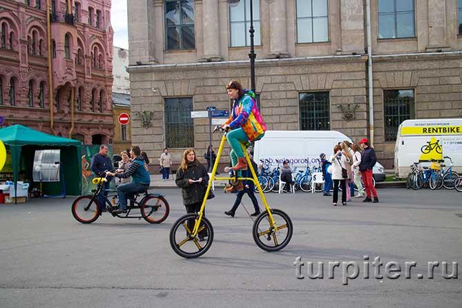 женщина на двухметровом велосипеде