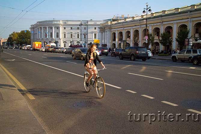 молодая девушка на вело