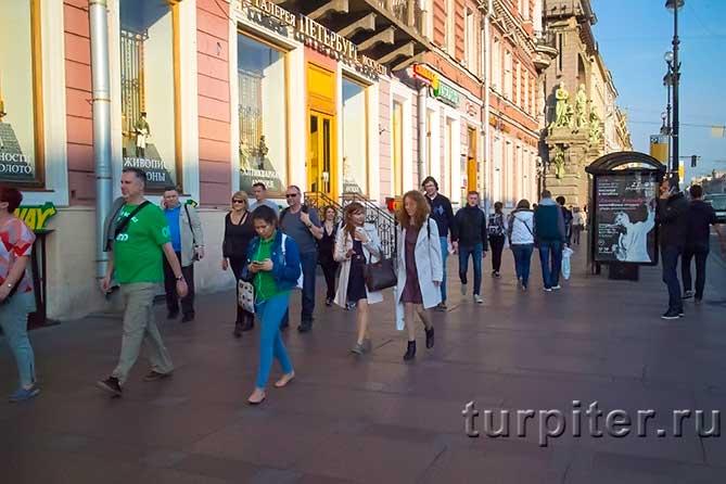 люди гуляют по Санкт-Петербургу