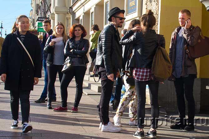 парни и девушки стильно одеты