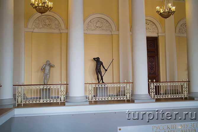 скульптуры на втором этаже