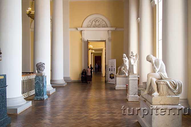 вход в зал Брюлева