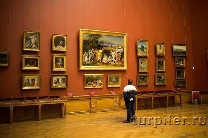 мужчина осматривает Русский музей