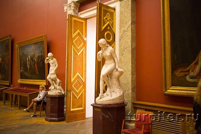 скульптуры на входе смотрительница музея