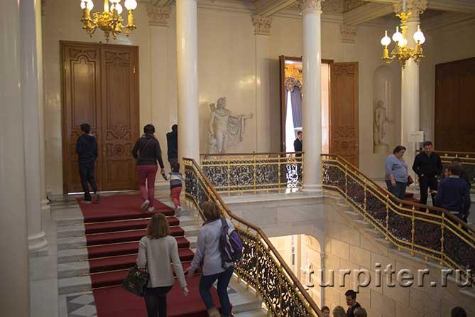 посетители на парадной лестнице