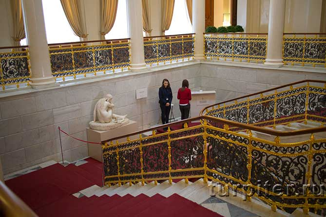 девушки работницы музея