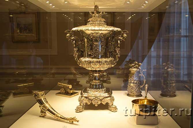 вокруг экспонаты серебро