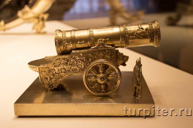 старинная пушка из серебра