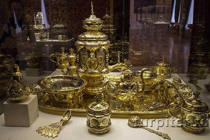 самовар, чашки, ложки из золота
