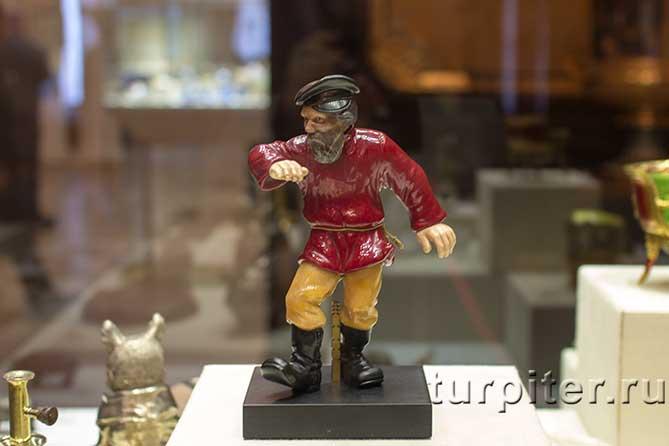 фигура плящущего мужика из камня