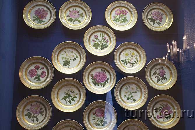 цветы нарисованы на посуде