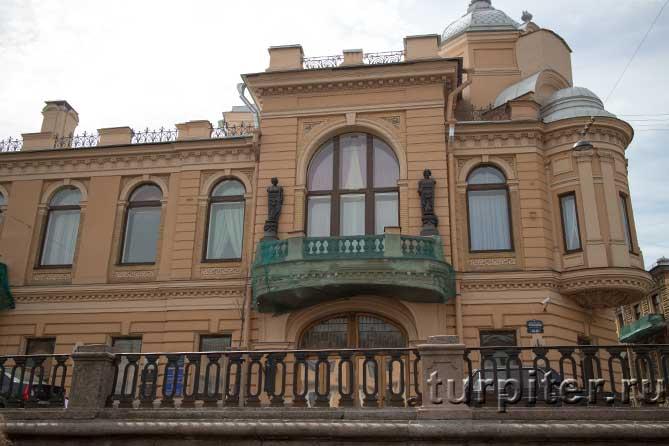 фигуры на балконе