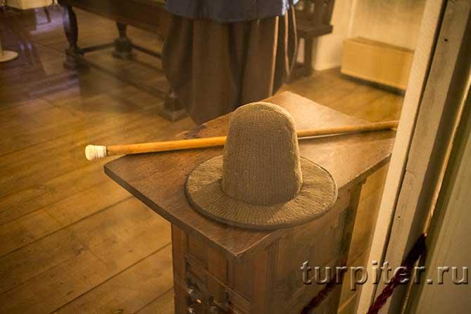 Шерстянная шляпа на тумбе