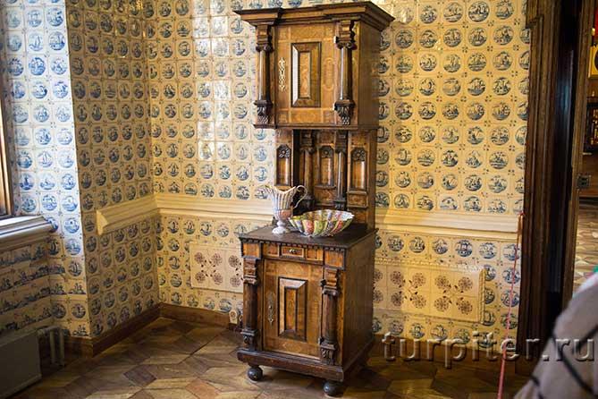 двухярусный старинный шкаф