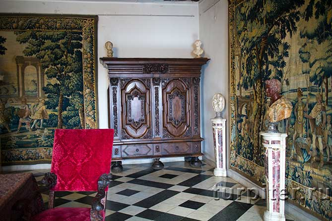 красивый шкаф Дворец Меншикова