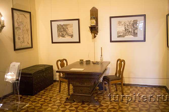 стол и старинные часы