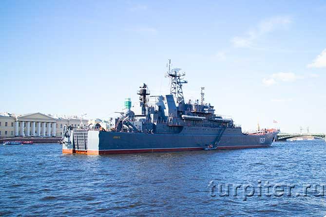 около Троицкого моста крейсер