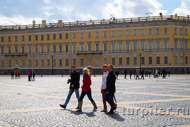 две пары гуляют на площади
