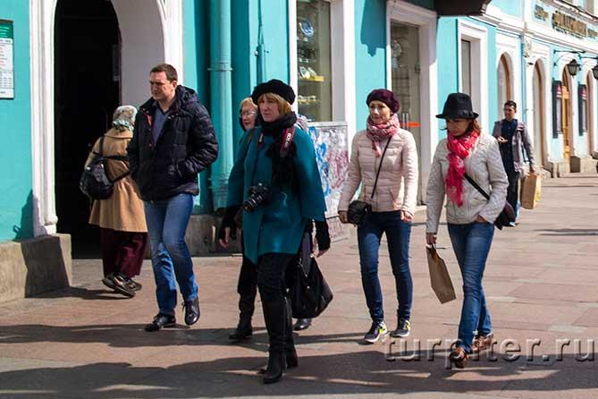 гуляют около метро Гостинный