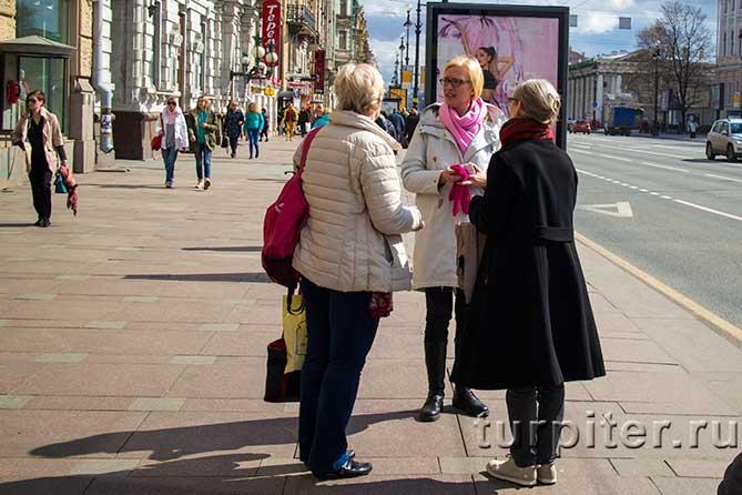 три женщины разговаривают