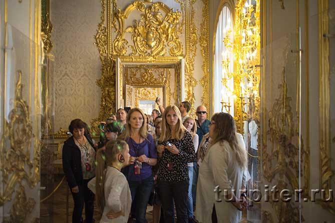 девушки осматривают дворец