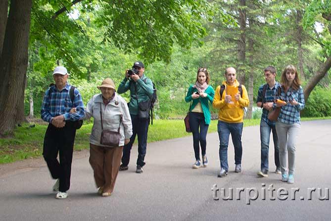 молодые люди пришли на фестиваль