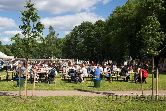 люди сидят и едят Елагин Парк